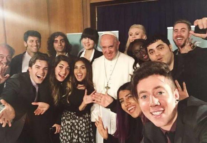 El Papa Francisco dialogó este domingo en el Vaticano con un grupo de jóvenes 'youtubers' de diferentes partes del mundo. (@PPTeamKaren)