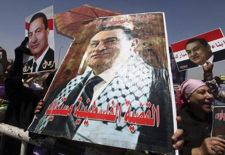 Varias personas apoyan al expresidente egipcio Hosni Mubarak ante el Tribunal Penal con sede en la Academia de Policía de El Cairo, Egipto. (EFE/Archivo)