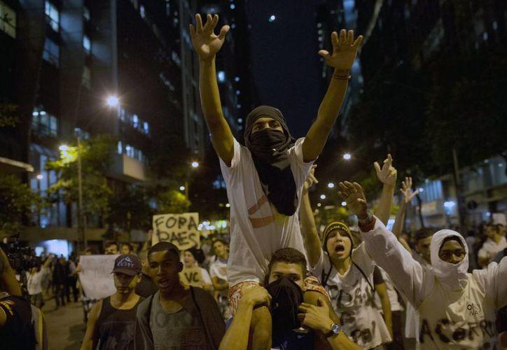 La policía brasileña 'le bajó' a la represión de manifestantes, ya que se sabe a la vista del mundo. (Agencias)