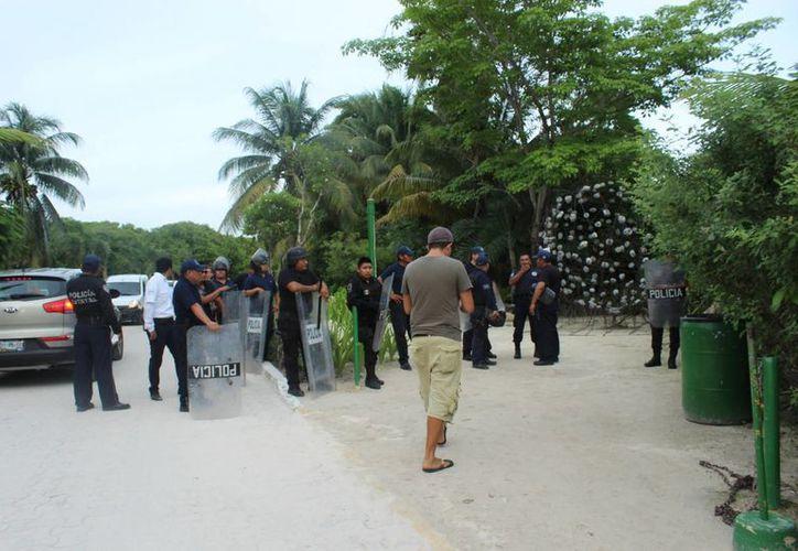 Los elementos de la Policía Municipal de Tulum rechazaron los uniformes que les entregaron. (Sara Cauich/SIPSE)