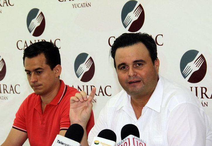 Álvaro Mimenza Aguiar (der.), presidente de la delegación Yucatán de la Canirac, anunció cursos de capacitación para el manejo higiénico de los alimentos. (Milenio Novedades)