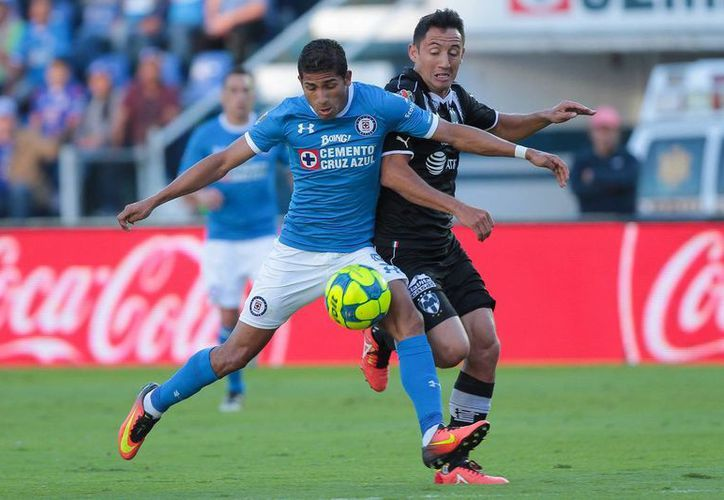 Cruz Azul vino de atrás, y con un hombre de ventaja le empató el partido a los Rayados de Monterrey, en duelo de la jornada 3 de la Liga MX.(Notimex)