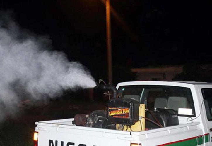 Recomiendan a los ciudadanos colaborar contra el combate a mosquitos y abrir puertas y ventanas cuando pase la fumigadora. (Milenio Novedades)