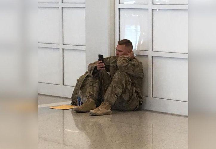 Brooks Lindsey esperaba para tomar su vuelo en un aeropuerto de Dallas, Texas, cuando su esposa dio a luz. (Foto: Facebook)