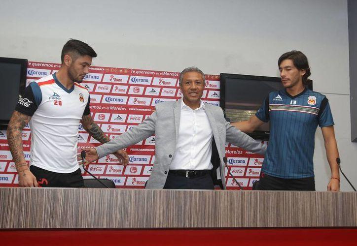 Rodrigo Millar (i) y Cirilo Saucedo llegan de Atlas y Xolos, respectivamente, para reforzar a un Monarcas Morelia que ha tenido malos resultados en los últimos torneos. (Notimex)
