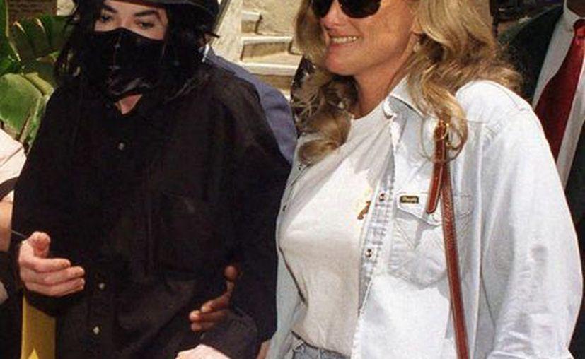 Debbie (d) dijo que los médicos de Michael le advirtieron que la gira 'This is it' podría matarlo debido a su estado de salud. (Agencias)