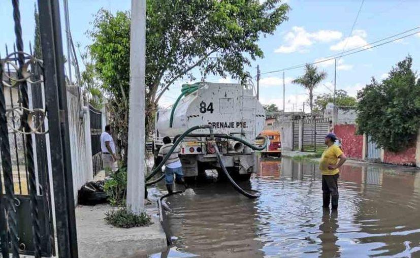 La jornada de este jueves inició con trabajos de desagüe en el Anillo Periférico por 86 de la colonia Dzununcán. (Novedades Yucatán)