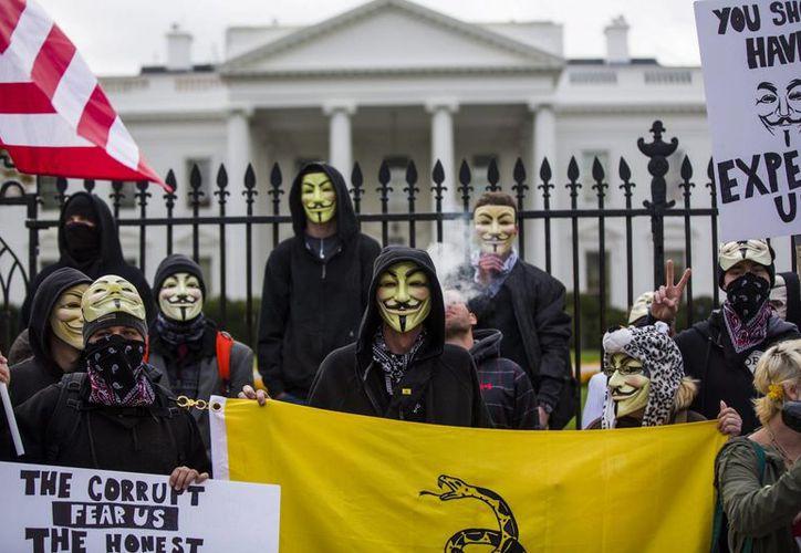 Miembros y simpatizantes de Anonymous protestan frente a la Casa Blanca, en Washington, Estados Unidos. (EFE/Archivo)