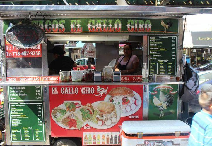 Los 'taco trucks' son parte del ramillete de comida urbana que se ofrece en Nueva York. Estos puestos atraen a clientes de todas nacionalidades. (Notimex)