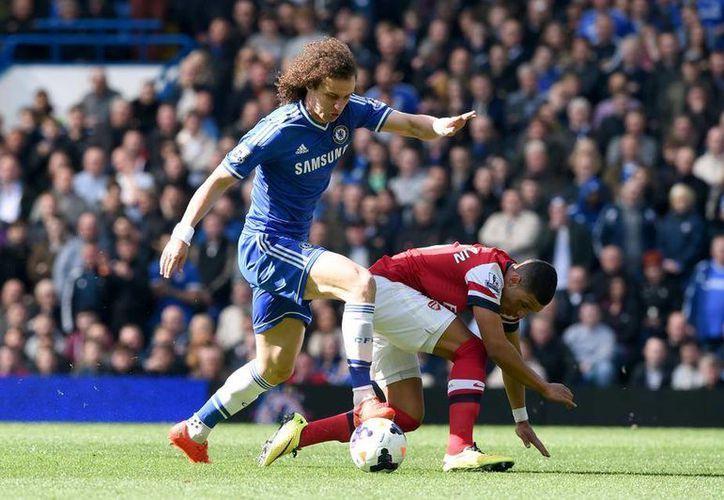 David Luiz podría ser parte de la defensa titular de Brasil en este Mundial. En la imagen, David Luiz disputa el balón con Alex Oxlade-Chamberlain, jugador del Arsenal. (Facebook)