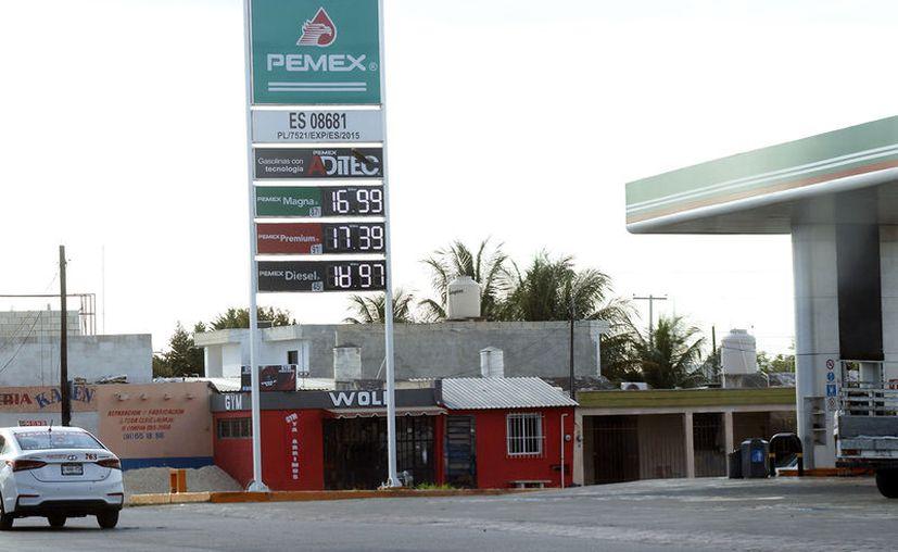 Estaciones de servicio han disminuido los precios de las gasolinas, principalmente las de mayor consumo. (José Acosta/Novedades Yucatán)
