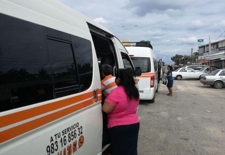 Usuarios manifestaron que en varias localidades existen expendios clandestinos de gasolina. (Javier Ortiz/SIPSE)