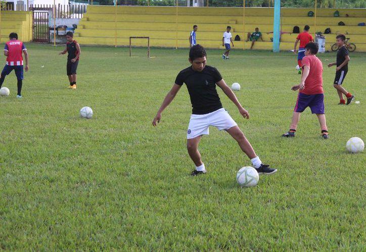 Los futbolistas de la capital del estado recibirán capacitación por parte del cuerpo técnico del conjunto azulgrana. (Miguel Maldonado/SIPSE)