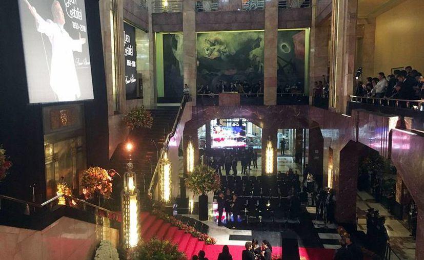 Autoridades del Instituto Nacional de Bellas Artes afinan, en el vestíbulo del Palacio de Bellas Artes, los detalles para iniciar la ceremonia en homenaje póstumo al cantautor Juan Gabriel, fallecido el pasado 28 de agosto a los 66 años. (Notimex)