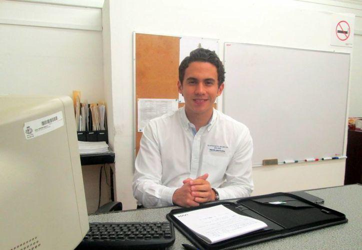 Álvaro Cetina Puerto, jefe del Departamento de Promoción y Desarrollo Económico, fue el encargado de aportar la información necesaria para que emprendedores inicien su proceso. (Milenio Novedades)