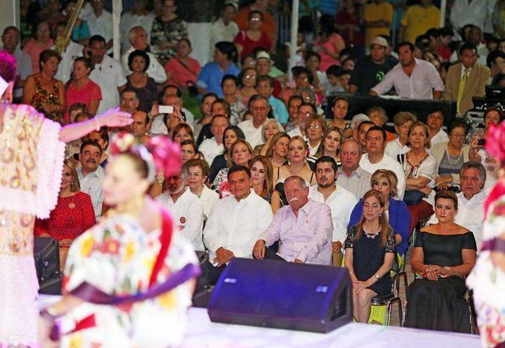 Los asistentes disfrutaron del evento encabezado por la Orquesta Típica Yukalpetén y el Ballet Folclórico yucateco. (SIPSE)