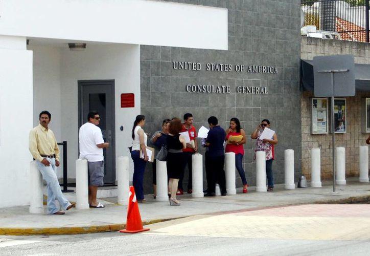 El consulado de Estados Unidos, de los que atiende a más personas. Imagen de un grupo de personas haciendo fila para entrar al edificio. (Milenio Novedades)