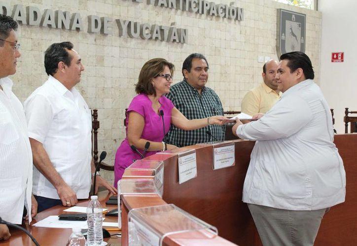 Tonatiuh Villanueva Caltempa recibió su constancia como regidor del PRD de manos de la Consejera Presidenta del Iepac, María de Lourdes Rosas Moya. (Foto: cortesía del Iepac)