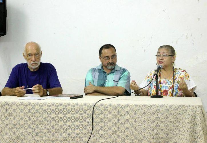 En el marco de la clausura del festival de teatro, se presentó el libro que plasma la historia del teatro yucateco con edición de Cristian Rasmussen y Madeleine Lizama 'Candita'. En la foto, 'Candita' y Rasmussen , en la presentación de la obra.(Milenio Novedades)