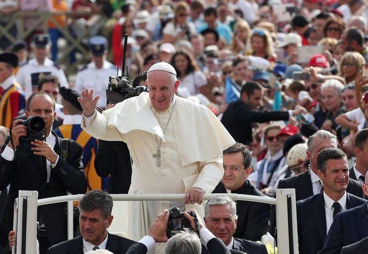 El papa Francisco saluda a los feligreses a su llegada a la audiencia general celebrada en la plaza de San Pedro del Vaticano, el pasado miércoles. (Archivo/EFE)