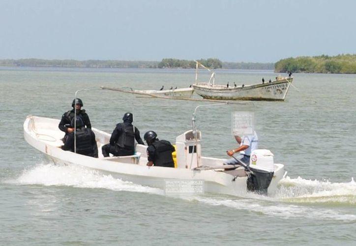 La lancha que recaló en Río Lagartos fue rescatada por agentes de la SSP. (SIPSE)