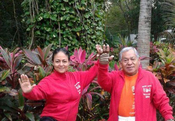 Las parejas participan en el grupo de Tai Chi del parque Kabah. (Francisco Gálvez/SIPSE)