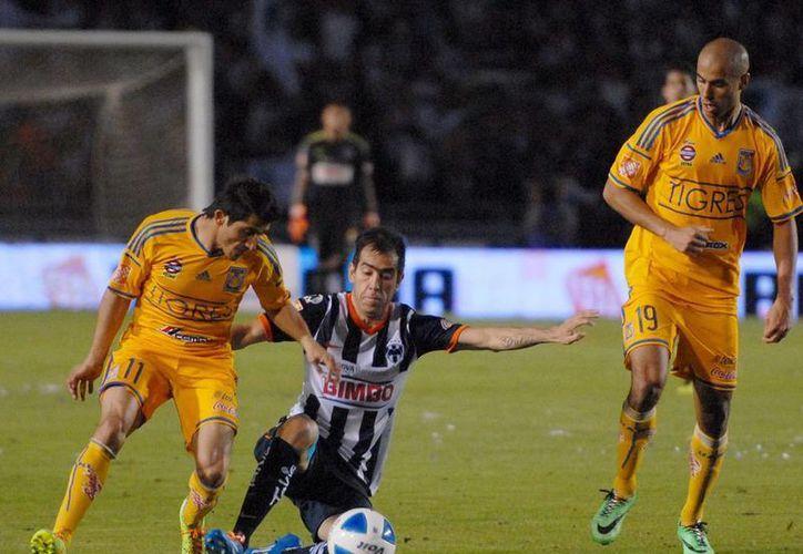 Mal y de malas: Tigres y Rayados no pudieron meter un solo gol y dejaron descontentos a los aficionados que abarrotaron el estadio Tecnológico. (NTX)