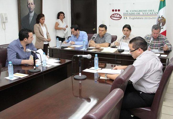 Aspecto de la sesión de la Comisión Permanente de Puntos Constitucionales y Gobernación en la que se determinó el número de regidores que integrarán los ayuntamientos en el próximo trienio, en Yucatán. (Oficial)