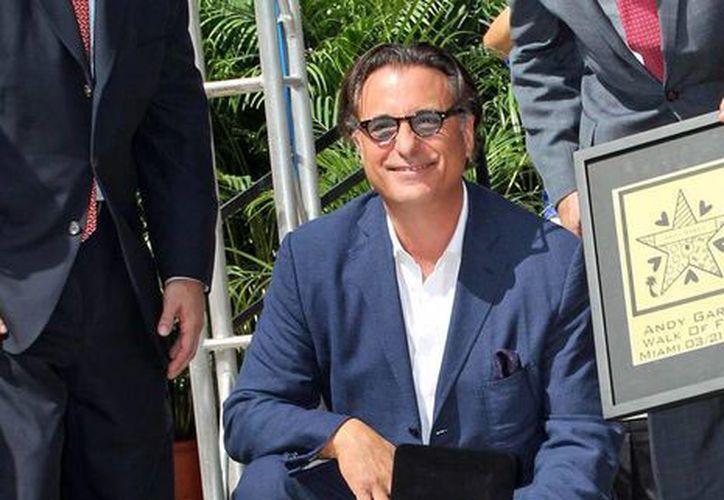 Andy García posando con su nueva estrella en un centro comercial de Miami. (@CMGMIA)