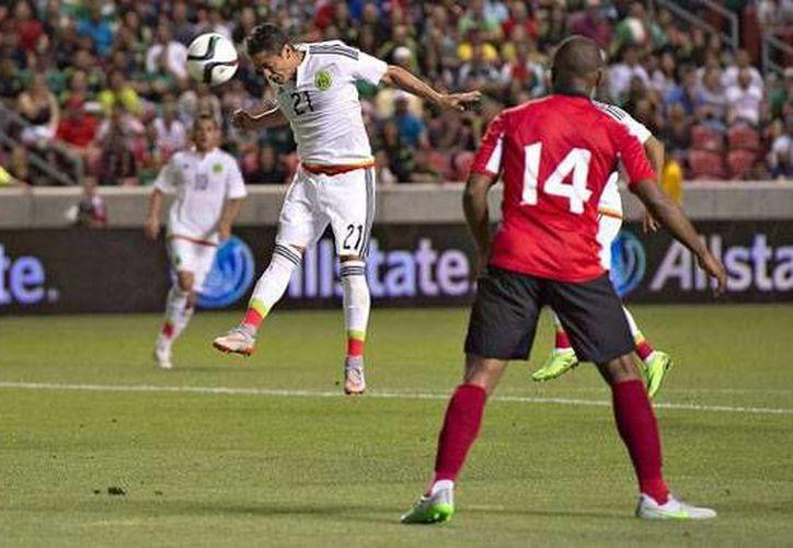 Momento en que un frentazo de Carlos Esquivel acercaba a México 1-2 ante Trinidad y Tobago. El partido terminó 3-3. (horacero.com.mx)