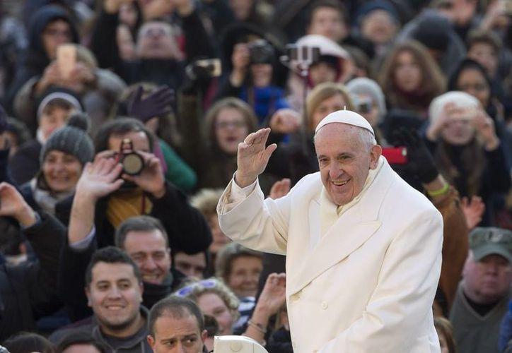 El Papa Francisco saluda a los asistentes en la Plaza de San Pedro. (Agencias)