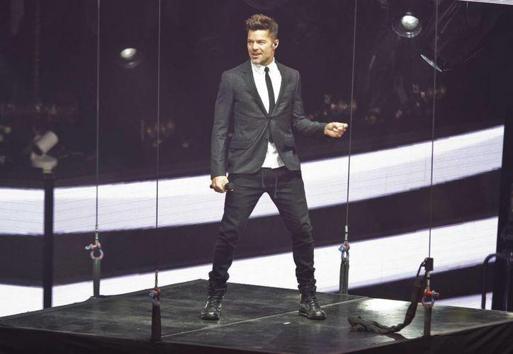 Ricky Martín subió la 'adrenalina' de sus fans, en un concierto que ofreció hoy en el Audiotorio Nacional. El astro boricua interpretó temas de su nuevo material discográfico 'A quien quiera escuchar'. (Notimex)