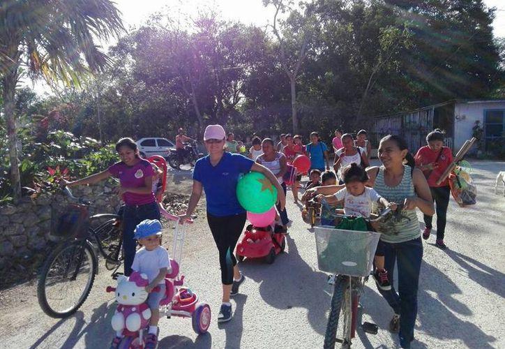 Los padres de familia acompañaron a sus hijos en el recorrido. (Gloria Poot/SIPSE)