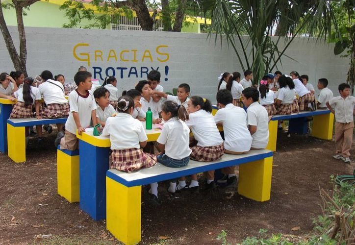 El Club Rotario donó cuatro espacios desayunadores a una primaria de Cozumel. (Gustavo Villegas/SIPSE)