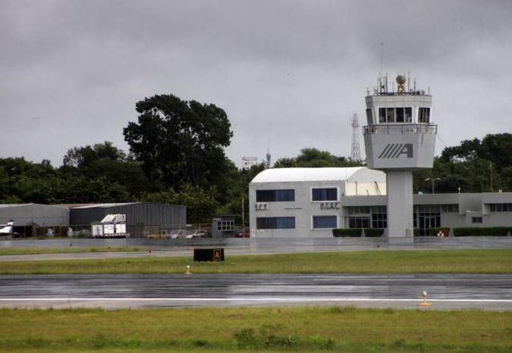 Imágenes de las cámaras de seguridad instaladas en el aeropuerto revelaron que el menor trató de ingresar burlando todos los filtros de seguridad. (Redacción/SIPSE)