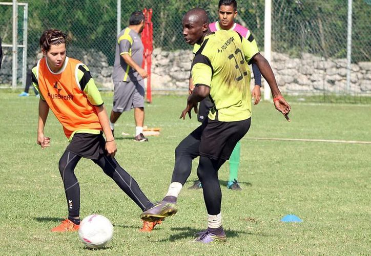 El colombiano Julián Quiñones, en los entrenamientos de ayer. (Milenio Novedades)