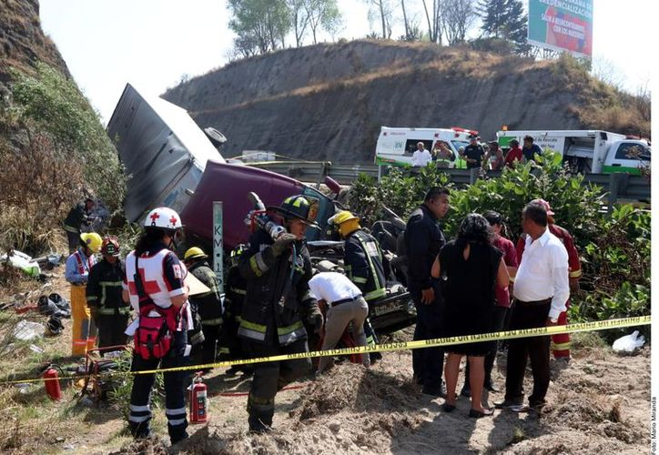 Los dos vehículos involucrados terminaron en el barranco a un costado de la vialidad, con dirección a Lechería, por lo que equipos de rescate se aproximaron al sitio (Foto: Reforma/Mario Miranda)