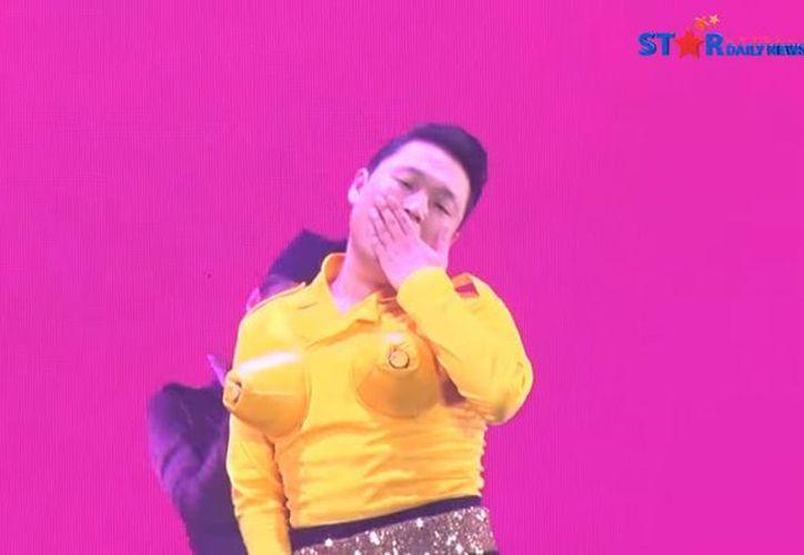 El rapero surcoreano Psy apareció bailando vestido de mujer en un concierto celebrado el pasado 24 de diciembre en Corea del Sur. (Captura de pantalla de YouTube)