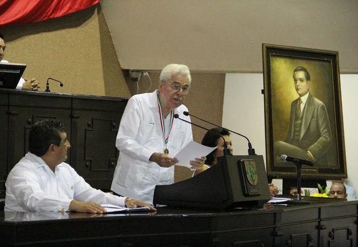 El escritor Roldán Peniche Barrera durante su discurso en el Congreso de Yucatán luego de recibir la Medalla Héctor Victoria Aguilar. (SIPSE)