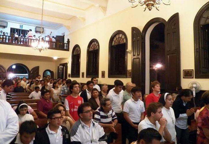 En el capilla del Seminario Mayor, el Arzobispo de Yucatán, Mons. Gustavo Rodríguez Vega, celebró la eucaristía en la que admitió como candidatos a las órdenes sagradas a los seminaristas José CenMay y William Pat Itzá. (Milenio Novedades)