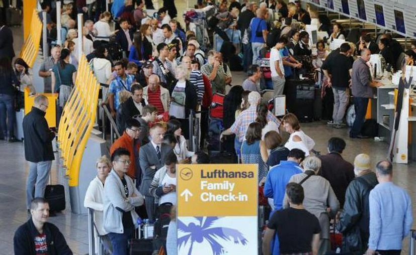 Pasajeros forman colas frente a los mostradores en el aeropuerto en Francfort, Alemania, donde unos mil vuelos fueron cancelados a causa de un paro de pilotos. (Agencias)
