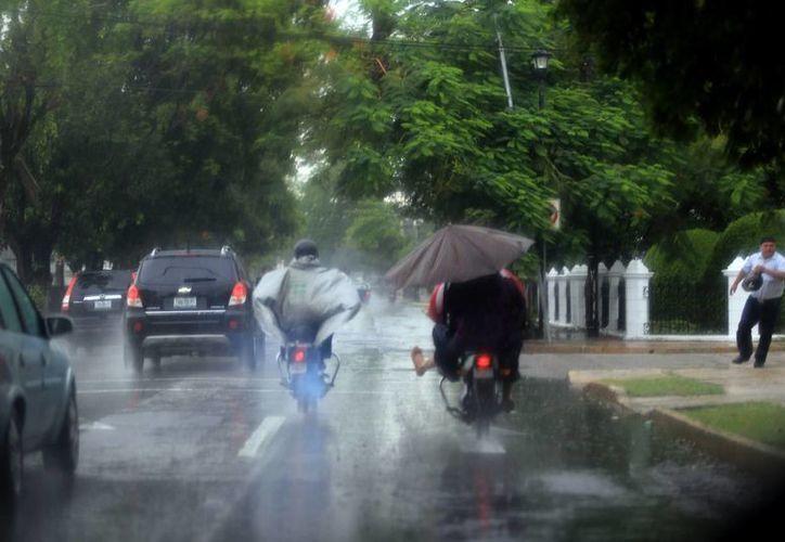A causa de las lluvias intermitentes varias calles de Mérida permanecen encharcadas. (Mauricio Palos/SIPSE)