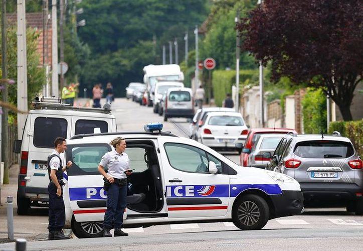 Terroristas del Estado Islámico mataron a un sacerdote católico durante una misa en una iglesia de Normandía. La policía mató a los atactantes, quienes habían tomado varios rehenes. (AP)