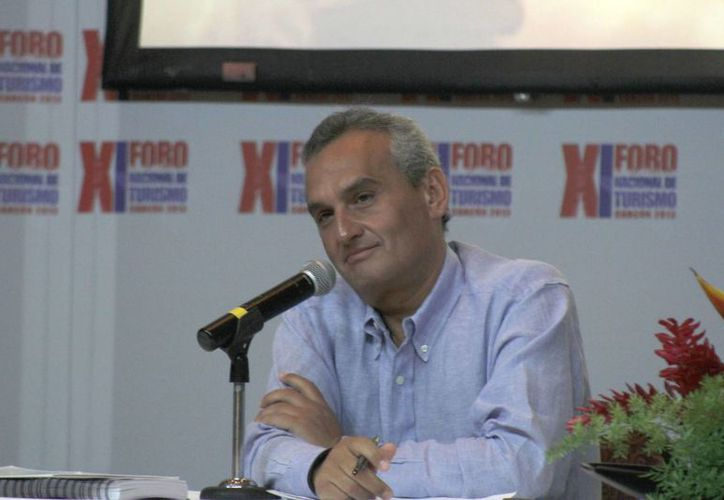 El director general del Fonatur durante una conferencia de prensa. (Israel Leal/SIPSE)
