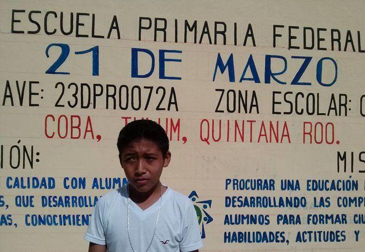 Jair Rafael Caamal Moo, es el estudiante más destacado del estado y junto a sus compañeros limpia su escuela, porque no hay conserje.  (Rossy López/SIPSE)