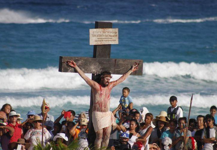 En Playa Delfines se vivió una celebración masiva. (Israel Leal/SIPSE)