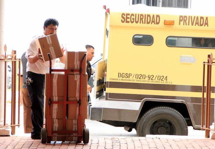 Las 86 cajas con los exámenes llegaron a bordo de un vehículo blindado. (Milenio Novedades)
