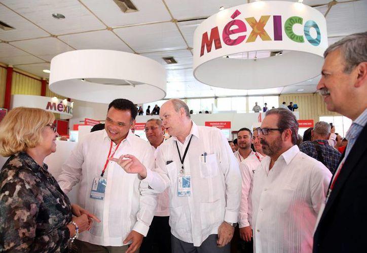 El nuevo puente aéreo permitirá una red de carga internacional desde Yucatán hacia Europa, Rusia, países del Caribe, etc. En la foto, el Gobernador en la Feria de la Habana. (Fotos cortesía del Gobierno estatal)
