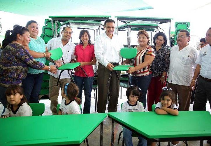 Ayer, el gobernador Rolando Zapata puso en marcha el programa Mobiliario Escolar, que de manera inicial beneficiará 11 preescolares y 10 secundarias del estado. (Cortesía)