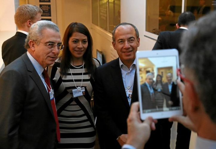 Los exmandatarios accedieron a tomarse fotos con los asistentes. (Notimex)